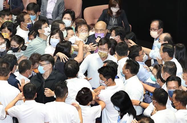藍委不滿3+11報告未道歉向蘇貞昌潑水蘇動怒:暴力政黨- 政治- 中時