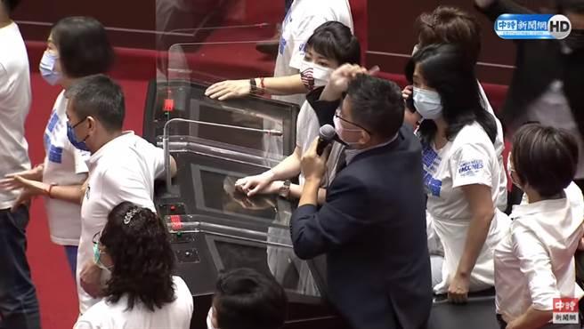 綠委高嘉瑜在一旁觀戰,眼神無奈。(圖/中時新聞網直播畫面)