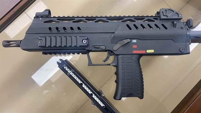 彰化大埔所員警共查扣吳男等人4把玩具手槍和瓦斯衝鋒槍。(警方提供/謝瓊雲彰化傳真)