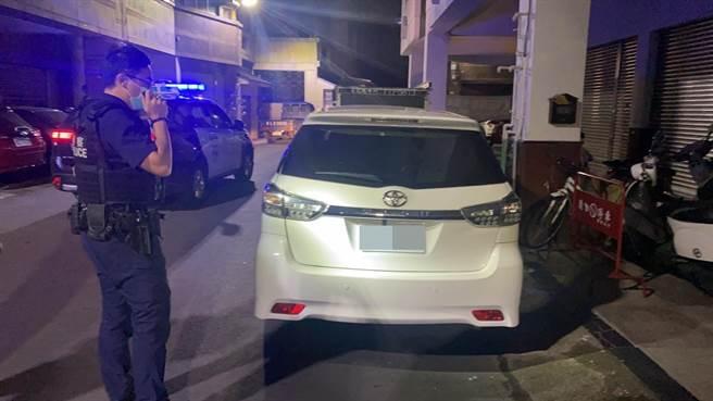 彰化大埔所員警漏夜在彰化市崙平南路上找到持槍獵殺野狗的吳嫌車輛。(警方提供/謝瓊雲彰化傳真)