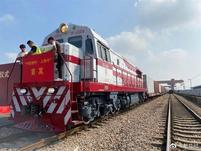 中歐班列28日首次從上海開行,預計兩周後抵達德國漢堡。(新華社)