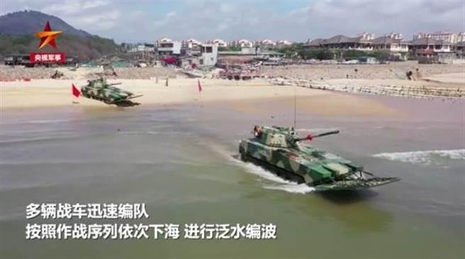 中共解放軍73集團軍南部演練,突擊戰車海上實彈射擊。(央視軍事頻道截圖)
