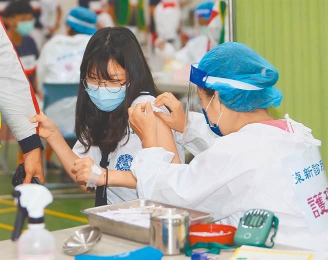 國內接種BNT疫苗,傳出未稀釋的施打事故,圖非當事人。(本報資料照)