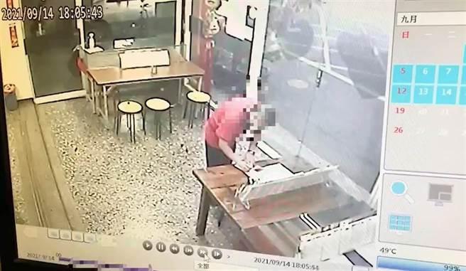 鹿港警方透過彩券行店內監視器畫面,確認中了百萬加碼金彩券的幸運失主身分。(警方提供/謝瓊雲彰化傳真)