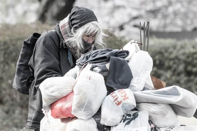 大陸一名女街友被送往醫院,社工整理隨身物品時,竟發現她腰纏28萬人民幣。(示意圖/達志影像)
