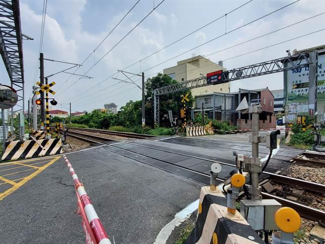 雲林縣府正門口100公尺處就有一個平交道,縣府規畫進行鐵路高架工程的同時,在此新增一個「縣府站」新車站。(周麗蘭攝)