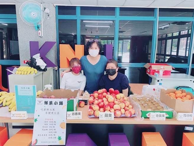 桃園市開南大學校長林玥秀(中)與同仁一起關心學生飲食健康。(開南大學提供/陳夢茹桃園傳真)