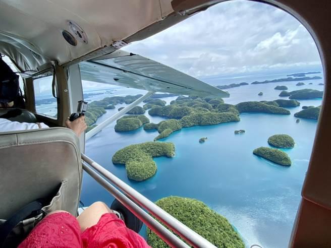 旅客在帛琉可搭乘輕航機,體驗鳥瞰世界遺產洛克群島。(KKday提供/陳祐誠傳真)