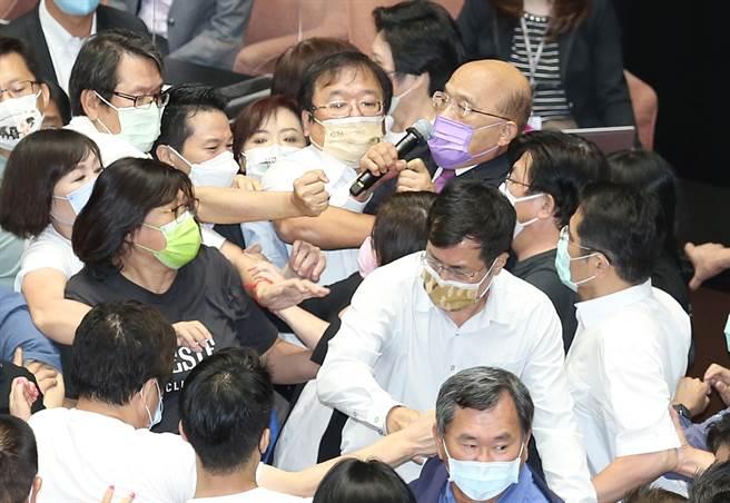 行政院長蘇貞昌28日前往立法院施政報告並備質詢,遭遇國民黨杯葛,蘇在藍綠立委拉扯中完成施政報告。(姚志平攝)