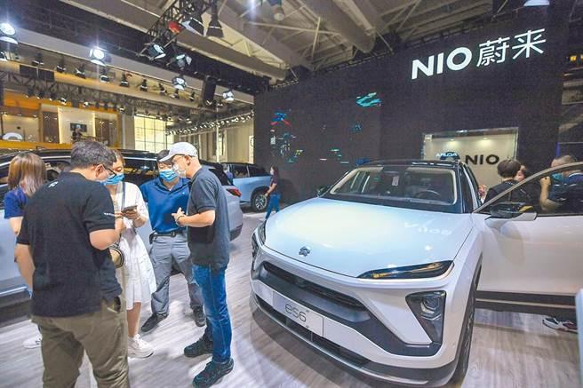 圖為大陸品牌蔚來汽車展示旗下電動車。(新華社資料照片)