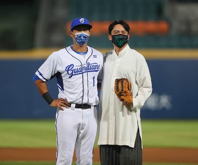 國際影星張震(右)為富邦悍將開球,由富邦悍將隊長林哲瑄擔任接球捕手。(陳怡誠攝)