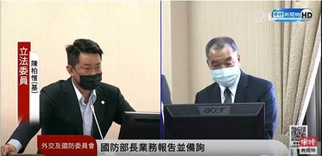 陳柏惟27日在立法院堅持用台語質詢國防部長邱國正,惹出爭議。(圖/翻攝自中時新聞網 直播畫面)