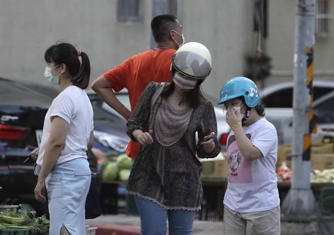 台灣當前仍有嚴格防疫規定,包含外出需要配戴口罩。在財經外媒的全球防疫韌性評比中,台灣9月又下滑1名,跌至42位。(圖/路透)