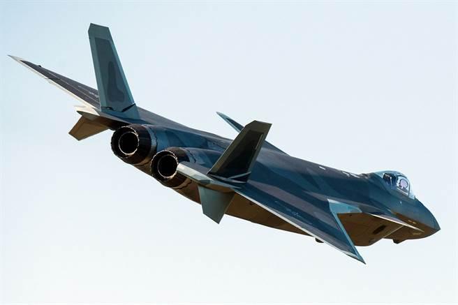 多年來已成為珠海航展常客的殲-20仍是航展人氣指標,官方消息稱,本屆航展殲-20首次使用國產發動機進行公開展示。(圖/微博@DS北風&1562畝)