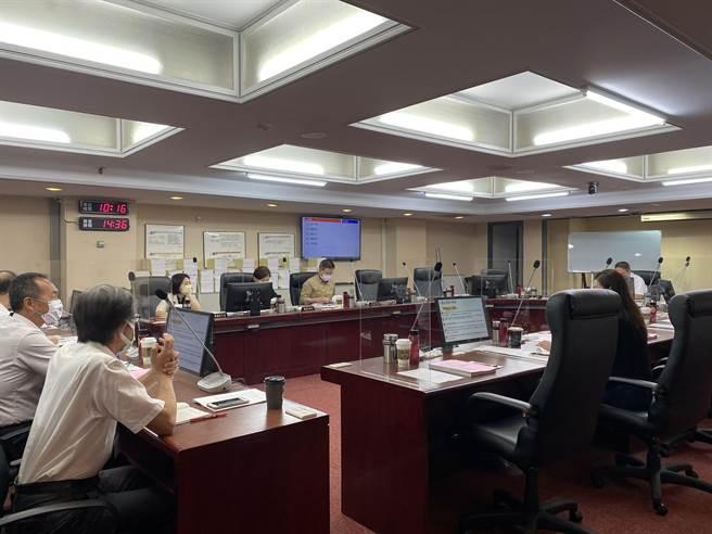 台北市議員耿葳指出,中央規定9月1日年滿12歲才能施打,但年底前年滿12歲的兒童有6900人,卻都打不到疫苗,不僅成「疫苗孤兒」。(游念育攝)