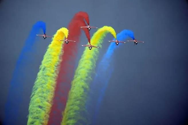 隸屬於中共空軍航空大學的紅鷹飛行表演隊,在第13屆珠海航展亮相表演招牌動作。(圖/網路)