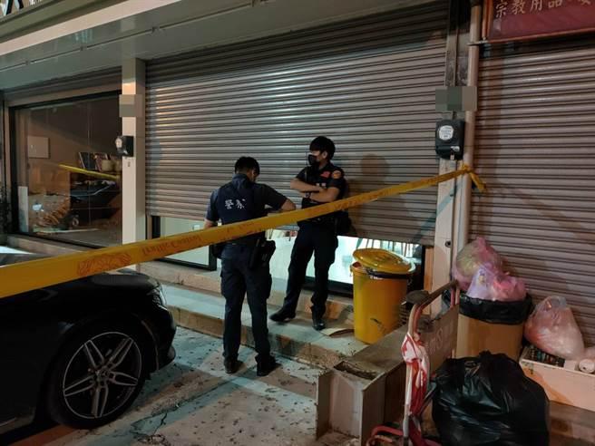 被控強制猥褻求職女的潘姓男子,在台南市南區的自家禮儀社留遺書輕生後,警方在現場拉起封鎖線。(洪榮志攝)