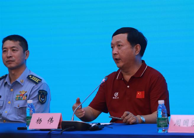 中國殲-20總設計師楊偉(右)在3年前記者會上答覆媒體時反問記者:怎麼知道殲-20沒有用上國產發動機?許多人因此解讀為殲-20當時已使用大陸國產發動機。(圖/環球網)