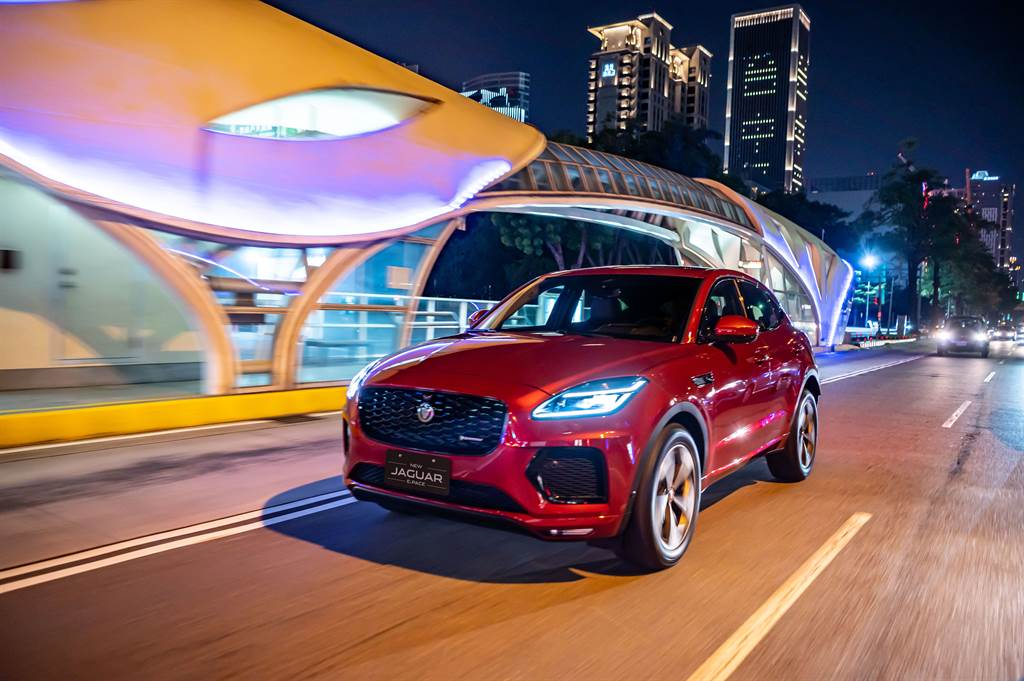 New Jaguar E-PACE雙車型統一標配R-Dynamic專屬內裝外觀套件,前保桿下氣壩採優化空氣力學設計,重新形塑的線條更具侵略氣息,家族化水箱護罩透過Jaguar經典六角格紋點綴其上,施以現代設計美學向經典致敬。(圖/業者提供)