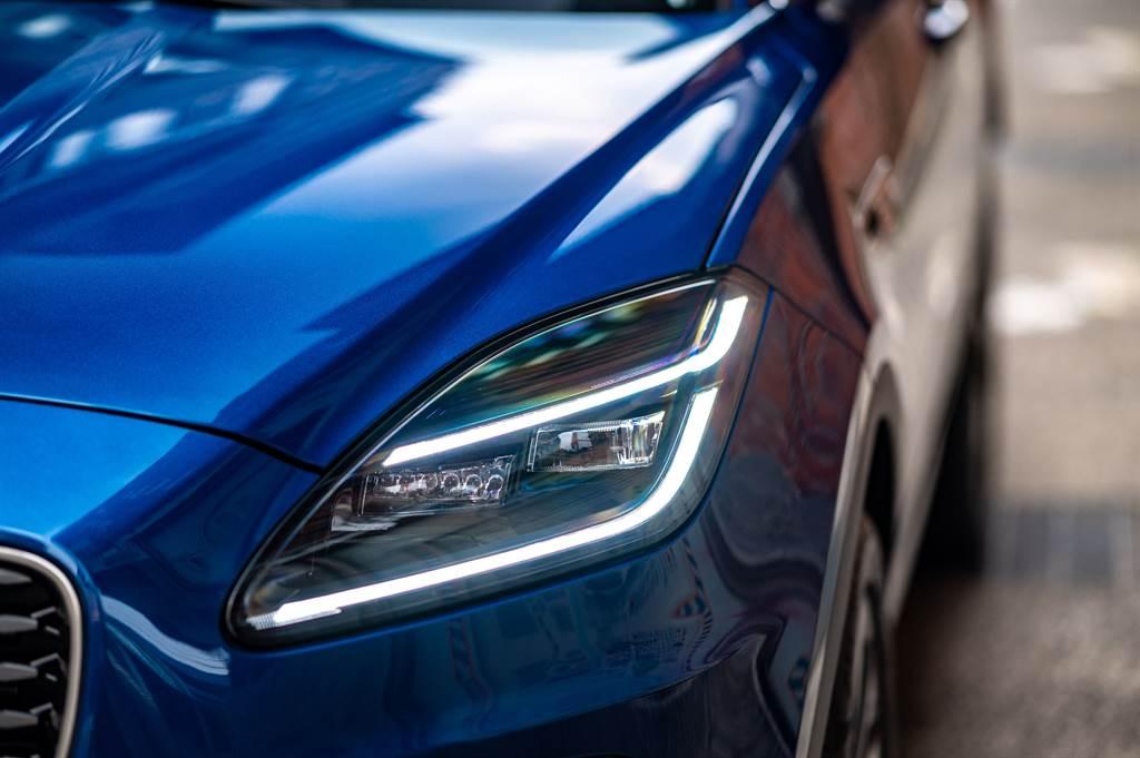 New Jaguar E-PACE前、後照明系統同步升級搭載LED燈組,車尾燈更具備動態指示方向燈,營造E-PACE絕美背影。R-Dynamic SE車型則標配全新設計的雙J型高階LED頭燈組,勾勒獨有的美學意象。(圖/業者提供)