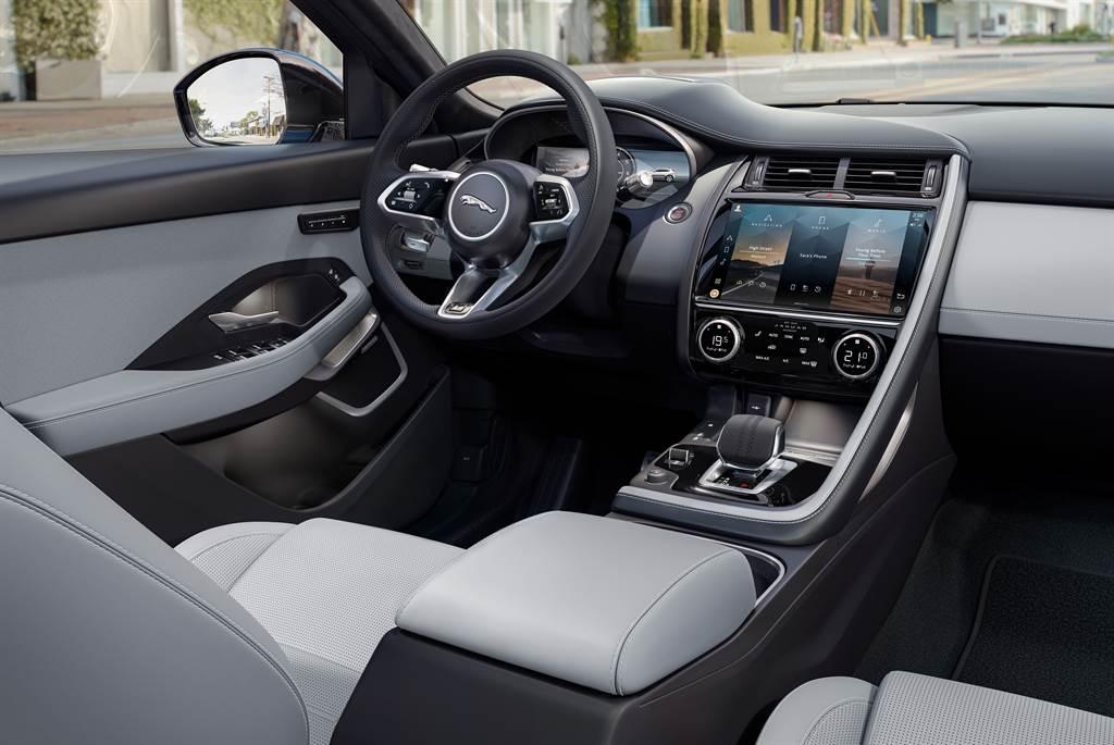 車室空間在不同頂級材質的共同交織之下,營造車內精緻質感與尊榮氛圍,家族化方向盤採皮革包覆,全新推出的雲朵色鋪陳內裝色,展現低調奢華美感。全新配置的中央鞍座鑲嵌最新11.4吋觸控螢幕,搭載最新PIVI PRO資訊娛樂系統,為使用者帶來更為細緻且人性化的操作介面。(圖/業者提供)