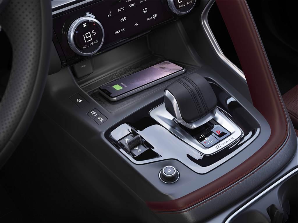 家族化的排檔桿採皮革包覆,冷氣控制旋鈕由金屬材質製成,完美的將質感顯現於掌握之間。R-Dynamic SE車型則全面升級標配手機無線充電。(圖/業者提供)