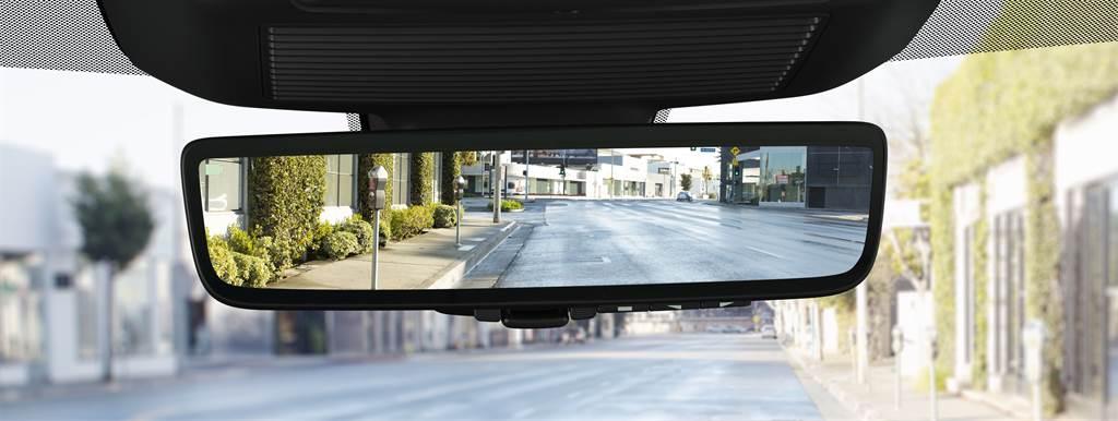雙車型統一標配ClearSight電子車內後視鏡,開啟後可透過後方高解析鏡頭呈現即時路況,於夜晚時仍可呈現清晰後方視野。(圖/業者提供)