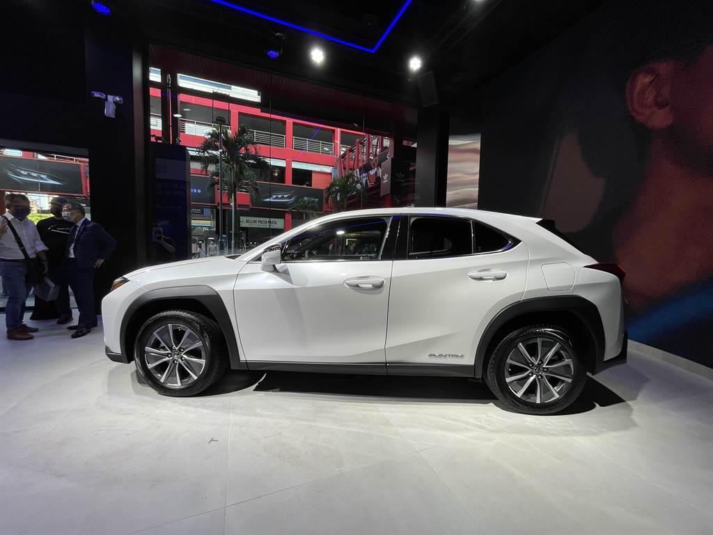 外觀承襲Lexus家族設計,再加上電動車專屬鋁圈等配備。(圖/陳彥文攝)