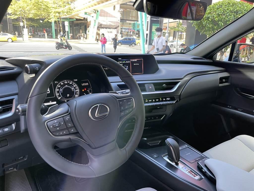 內裝維持Lexus一貫的高質感風格,並標配許多便利配備。(圖/陳彥文攝)