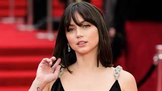 《007》性感女神深V禮服上下皆露 側身洩飽滿雙球超惹火
