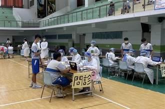 高雄醫護投入校園接種 陳其邁宣布比照社區接種站發放津貼