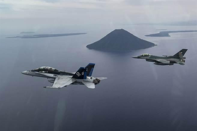 F-16(後方)與F-18(前方)都服役達到40年,仍然活躍於現在。(圖/美國海軍)