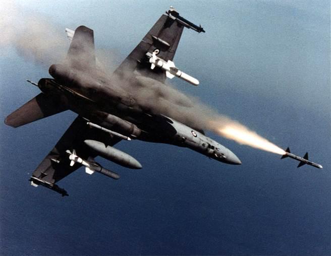 與F-16A只有響尾蛇飛彈不同,F/A-18A從一開始就是多功能戰機,因此澳洲空軍在1986年選擇F/A-18為新一代戰機。(圖/澳洲皇家空軍)