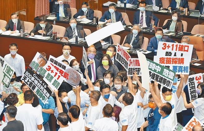 行政院長蘇貞昌(中)28日前往立法院備詢時,藍綠立委爆發衝突,國民黨立委高舉並丟擲「3+11破口」等標語要求蘇道歉,其他官員則在座位上隔岸觀火。(姚志平攝)