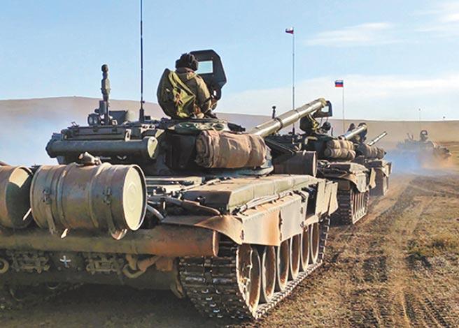 俄羅斯與蒙古年度聯合軍事演習「色楞格-2021」正在蒙古戈壁沙漠進行,圖為蒙古色楞格軍事訓練場參演的坦克。今年演習將進行到10月5日。(摘自俄羅斯國防部網站)