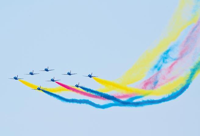 大陸空軍八一飛行表演隊28日在珠海航展開幕式上進行飛行表演。(中新社)