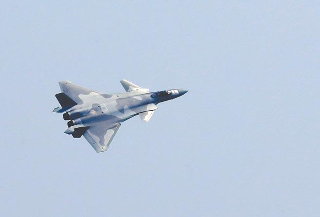 大陸空軍殲-20戰機28日在珠海航展開幕式上進行飛行表演。(新華社)