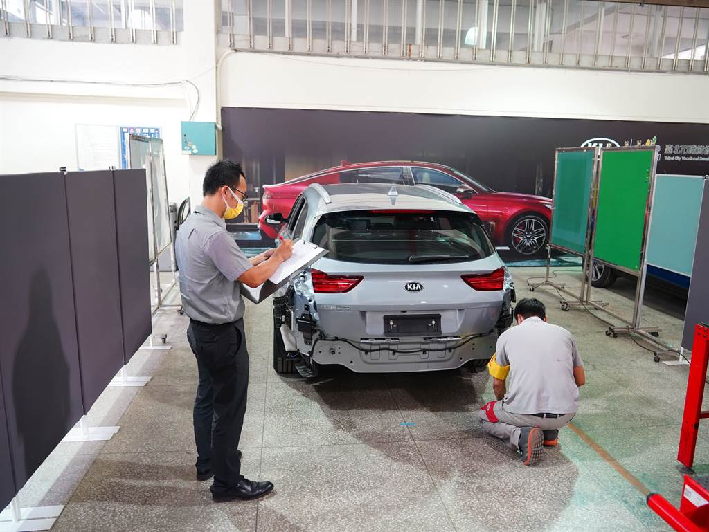 KIA全台技能競賽,項目包括檢修LKA車道維持輔助系統、FCA前方主動煞車輔助系統及BCW盲區偵測警示系統,並包含DRIVE WiSE智慧安全輔助系統校正與故障排除。(圖/KIA提供)