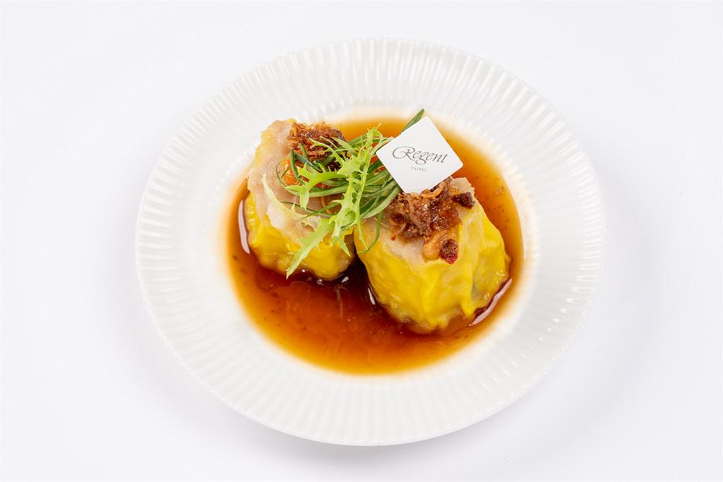 「蟹黃燒賣」,搭配由晶華軒主廚親手調配獨門私房 XO 醬,佐以清爽的柚子醬油,Q彈鮮美的完美結合。(圖/LEXUS提供)