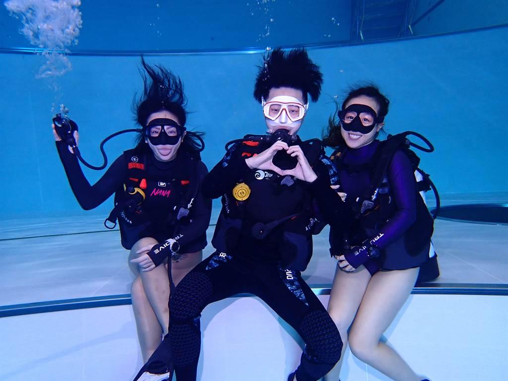 專業教練帶領性感教主梁云菲與游泳男神比利,進行水肺潛水體驗。(圖/業者提供)