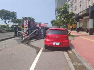 台中小客車闖紅燈撞上混凝土車 波及路旁兩台自小客