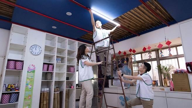 信義房屋進入桃園復興鄉比亞外部落更換節能燈管,節能減碳又照顧老人的視力健康。(圖/信義房屋提供)