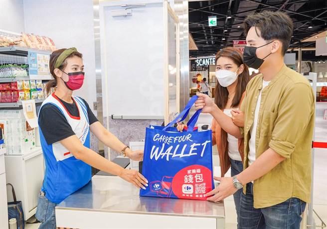 家樂福青埔店是社區快捷型量販,強化線上下單、現場取貨功能。(家樂福提供)