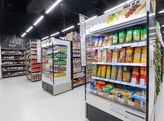 家樂福青埔店是首家把義大利麵冰在冷藏櫃儲放的門市,可穩定商品品質。(家樂福提供)
