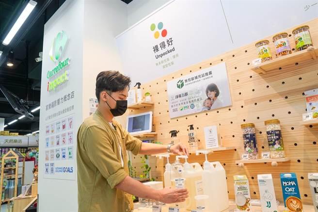 家樂福青埔店首度「裸賣」淨毒五郎清潔劑,可自備瓶子、減少垃圾。(家樂福提供)