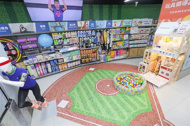 家樂福青埔店鄰近桃園國際棒球場,在兒童遊戲區可見到迷你版的棒球場。(家樂福提供)