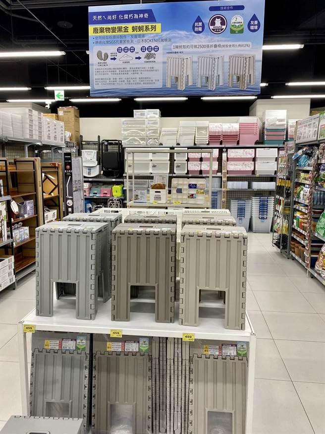 家樂福青埔店獨家引進加入蚵殼製作的折疊椅,符合永續概念。(家樂福提供)