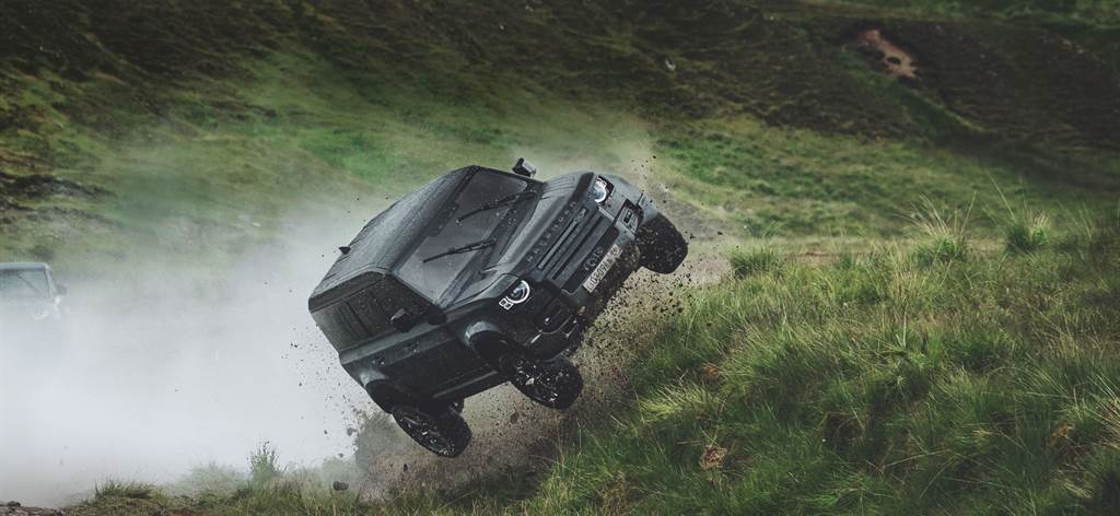 Jaguar Land Rover再度以007電影全球合作夥伴的身分與詹姆斯龐德重返大螢幕,在【007生死交戰】中Jaguar與Land Rover各經典車款逐一現蹤,其中Land Rover Defender作為反派座駕,在荒野中飛車追逐的精彩表現,展現Defender全地形王者的強悍實力。(圖/Land Rover提供)