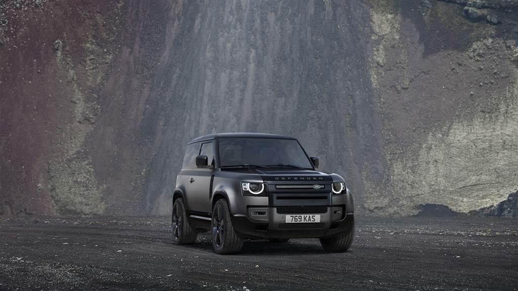 Defender 90車型在台限量導入V8 Carpathian Edition特仕版,深色內斂的外型展現強烈肅殺氣息,多項頂級材質交織的車室空間,完美彰顯現代奢華的設計美學,搭配5.0L的強悍動力與尖端底盤科技,成就4X4全地形王者的顛峰之作。(圖/Land Rover提供)