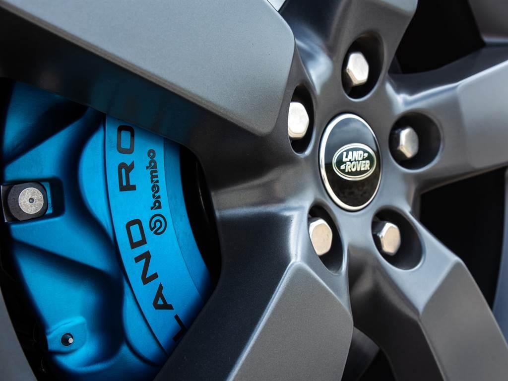 煞車卡鉗為V8車型專屬Xenon Blue氙藍色卡鉗,從外觀就能一眼感受到必須敬畏三分的強烈肅殺氣息。(圖/Land Rover提供)